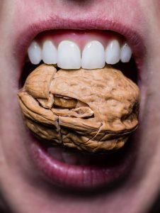 Gesunde Zähne knacken eine Nuss