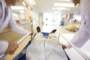 緊急患者を運ぶ医者