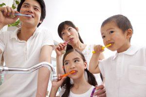 歯磨きをする家族